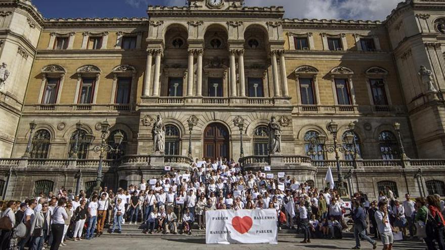 Concentración en favor del diálogo en Catalunya frente al Ayuntamiento de San Sebastián.