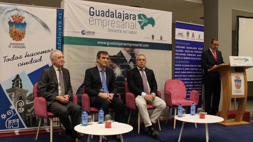 Román (centro) junto a Alejandro Sánchez, presidente del COE (dcha) y Agustín de Grandes, presidente de CEOE