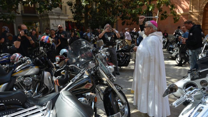 El arzobispo de Granada bendice unas motos.