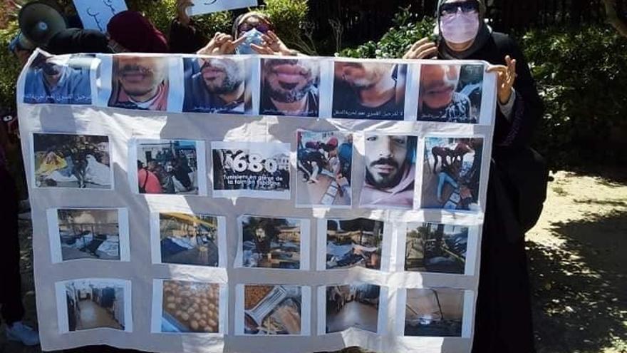 Las madres de algunos de los tunecinos atrapados en Melilla protestan ante el Ministerio de Exteriores de su país para pedir que impida su deportación.
