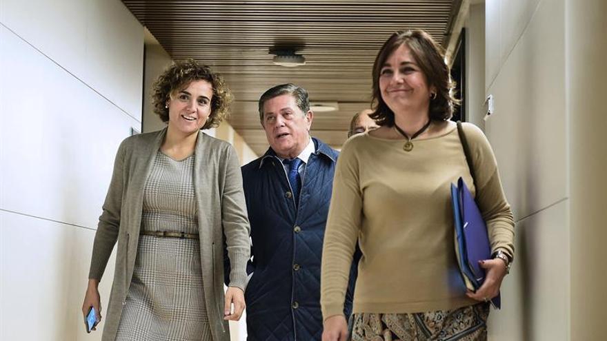 La portavoz parlamentaria del PP, Dolors Montserrat (izquierda), recibió a Federico Trillo a su llegada al Congreso.