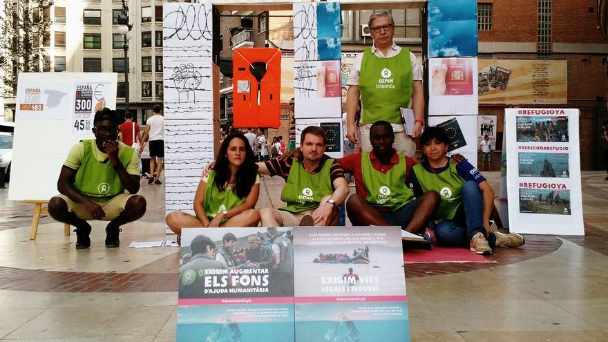 Activistas de Oxfam Intermón han pedido en Valencia que el gobierno lidere la defensa y la protección de los derechos de las personas que se desplazan-