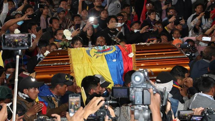 Cientos de personas fueron registradas este jueves, durante el velorio de Inocencio Tacumbi, dirigente de la Confederación de Nacionalidades Indígenas (Conaie) que murió durante las protestas contra las medidas económicas del gobierno de Lenín Moreno, en la Casa de la Cultura de Quito (Ecuador)