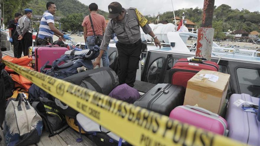 Al menos 1 muerto y 14 heridos al incendiarse un transbordador en Indonesia