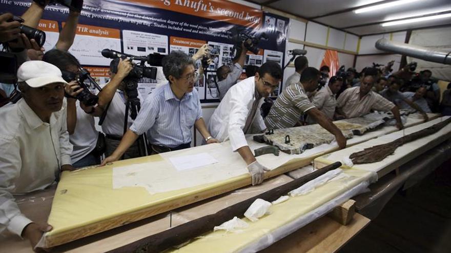 Expertos japoneses comienza a retirar los remos de una barca solar de Keops