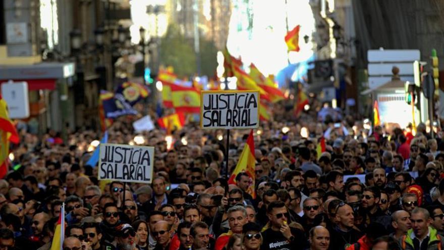 """Policías y guardias civiles se manifiestan en Madrid por equiparación """"real"""""""