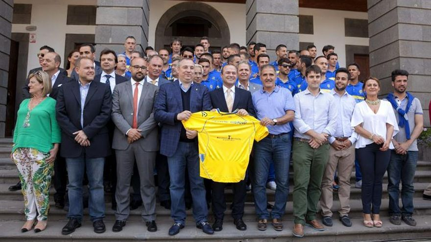 Augusto Hidalgo, alcalde de Las Palmas de Gran Canaria, con los jugadores de la Unión Deportiva Las Palmas (EFE/ÁNGEL MEDINA G.)