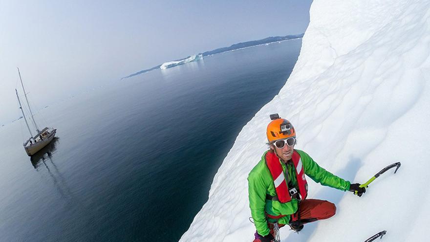 Klemen Premrl y Aljaz Anderle escalando un iceberg en Groenlandia (© Klemen Premrl).