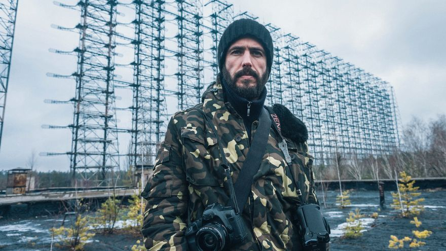 Raúl Moreno delante del Radar Duga o Pájaro Carpintero que usaba la URSS como escudo antimisiles durante la Guerra Fría.