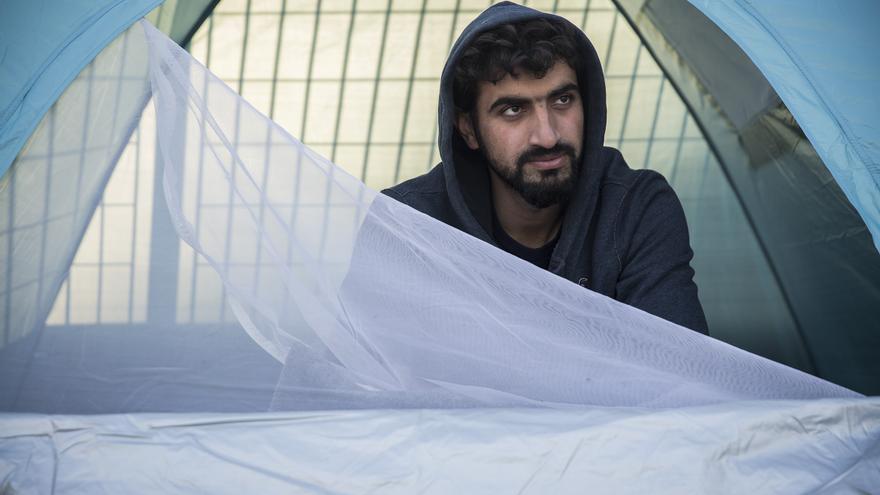 Habbib, refugiado afgano sin familia, acampa en el puerto de Mitilene. Lleva consigo un botiquín médico para ofrecer atención de primeros auxilios / Foto: Olmo Calvo