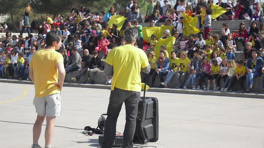 Sant Jordi reivindicativo en defensa de la escuela pública catalana. A la imagen, una charla en el colegio Puigberenguer de Manresa (Barcelona).