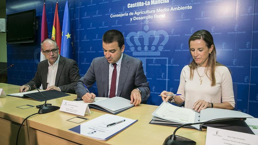 Firma del convenio entre la Consejería de Medio Ambiente y Ecoembes