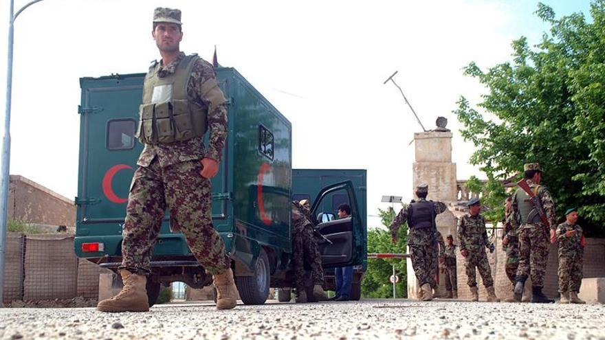 El Gobierno afgano confirma más de 100 víctimas en un ataque talibán a una base militar