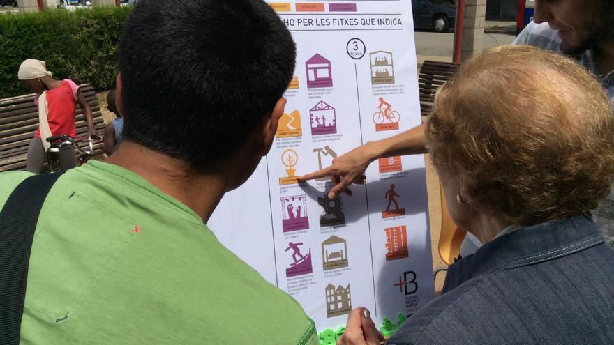 Dos vecinos consultan el plan de mejoras. / Paisaje Transversal