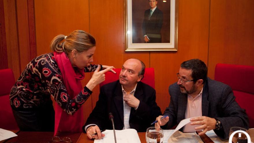 La interventora, antes de un Pleno con Luis Martín y el secretario municipal, Valeriano Lavela. FOTO: MADERO CUBERO
