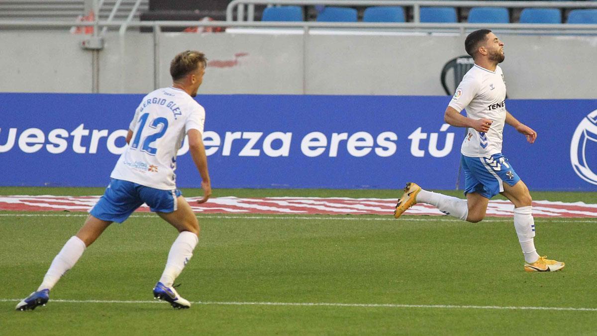 Sergio González acude a celebrar el gol de Shashoua