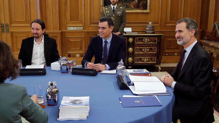El vicepresidente segundo y ministro de Derechos Sociales y Agenda 2030, Pablo Iglesias (1i), el presidente del Gobierno, Pedro Sánchez (2i), y el Rey Felipe VI (1d).