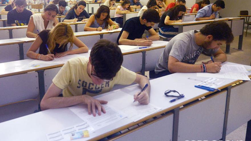 Un grupo de alumnos, en una de las pruebas de Selectividad de este año.   MADERO CUBERO