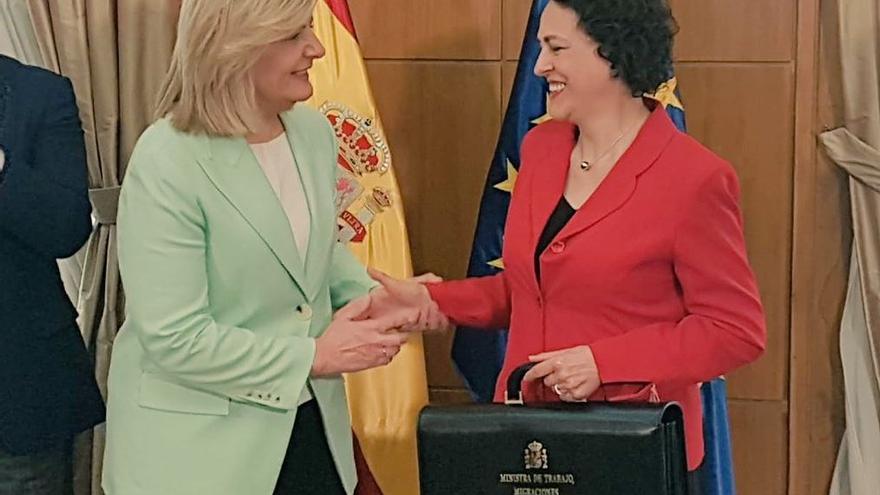 Fátima Báñez entrega la cartera del Ministerio de Trabajo, Migraciones y Seguridad Social a la nueva ministra, Magdalena Valerio.