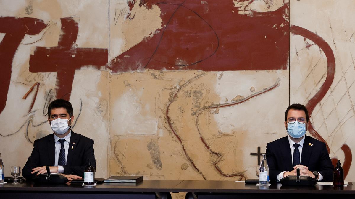 El presidente de la Generalitat, Pere Aragonès (i), acompañado del vicepresidente, Jordi Puigneró (i) durante la primera reunión ordinaria del Govern