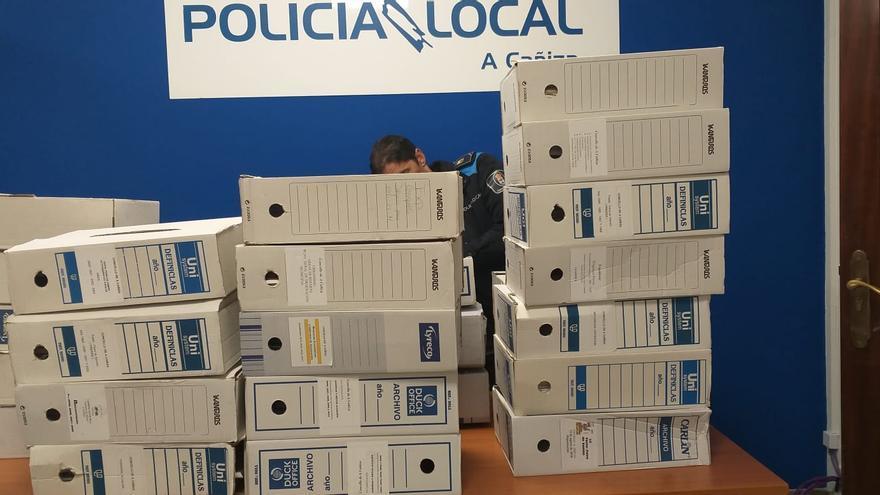 Imagen de los archivadores requisados por la Guardia Civil en las oficinas de la Policía Local de A Cañiza (Pontevedra)