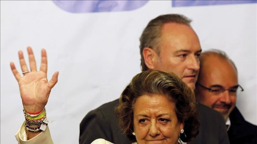 Rita Barberá saluda durante un acto.
