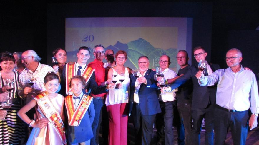 Al centro, la alcaldesa de Jumilla, Juana Guardiola, junto con el enólogo Diego Cutillas
