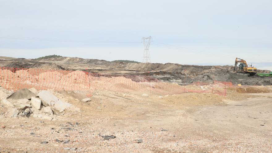 Retirada de los últimos neumáticos del vertedero ilegal que se quemó en Seseña (Toledo)