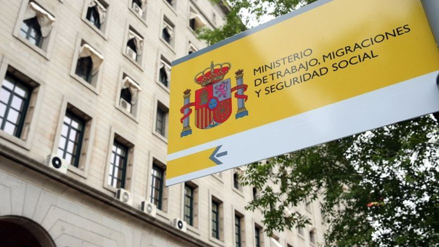 Cartel en los exteriores del Ministerio de Trabajo, Migraciones y Seguridad Social en Madrid.