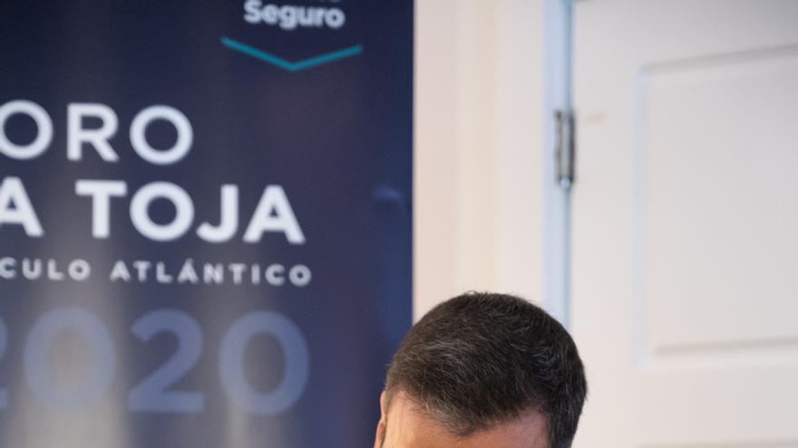 El presidente del Gobierno, Pedro Sánchez, durante la firma de un documento en el acto de clausura del II Foro La Toja-Vínculo Atlántico celebrado en la Isla de Toja, Pontevedra, Galicia, (España), a 3 de septiembre de 2020.