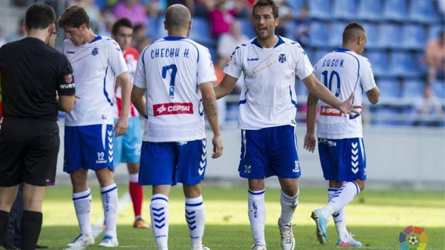 Varios jugadores del CD Tenerife se lamentan tras el gol del Lugo. LFP
