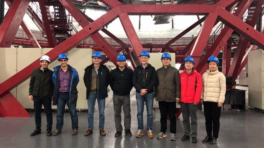 En la imagen, miembros de la delegación china y responsables del GTC en el interior del Gran Telescopio Canarias.