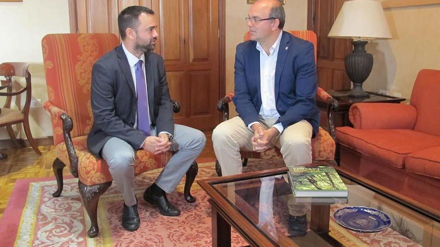 Reunión del consejero de Presidencia con el presidente del Cabildo.