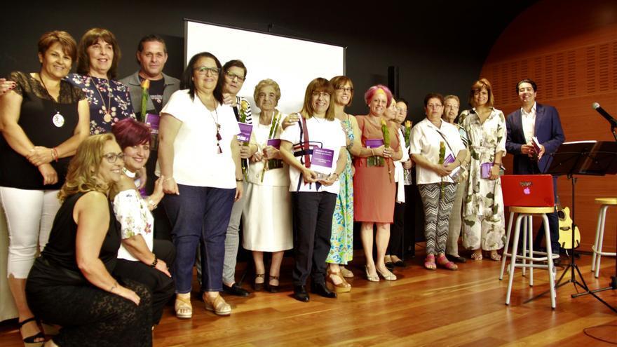 Foto de familia durante el acto de presentación del libro sobre Chío y sus mujeres