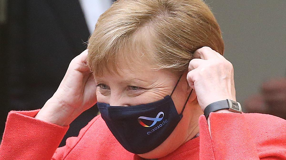 Angela Merkel se quita la mascarilla antes de un discurso en Berlín