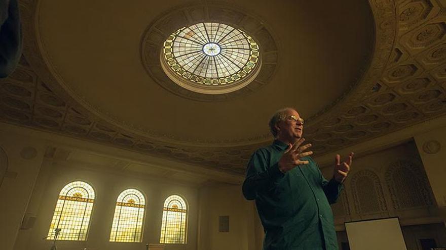 Brewster Kahle, el fundador de Internet Archive, en la sede de la organización