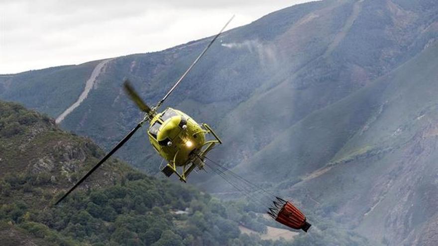Helicóptero de extinción de incendios. EFE