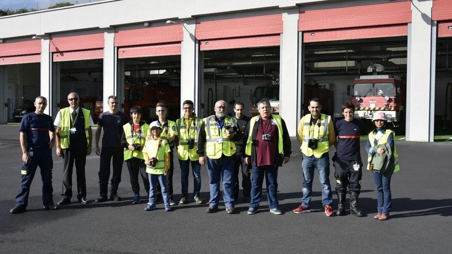 En la imagen, un grupo de 'spotters' en la visita al Aeropuerto.