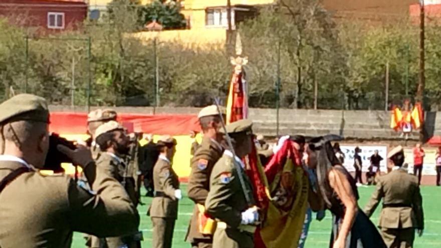 Una ciudadana jura la bandera española en San Mateo