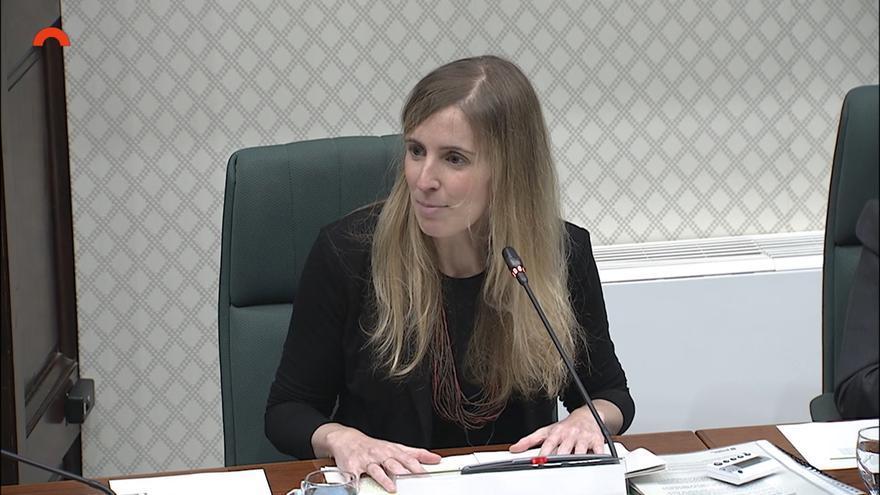La consellera de la Generalitat Victòria Alsina en comisión parlamentaria.