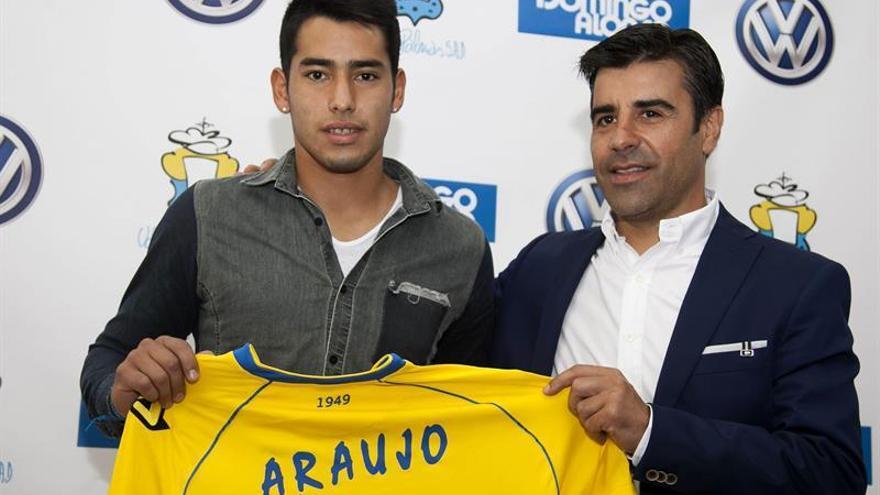 El delantero argentino Sergio Araujo posa junto al director deportivo de la Unión Deportiva Las Palmas, Nico Rodríguez. Efe.