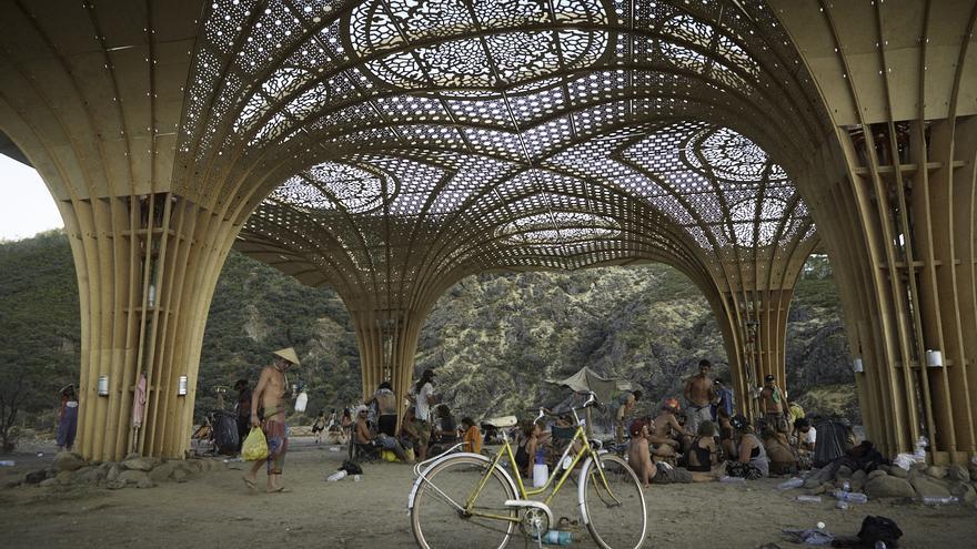 Una estructura temporal colocada en Las Hurdes / Luis Álvarez