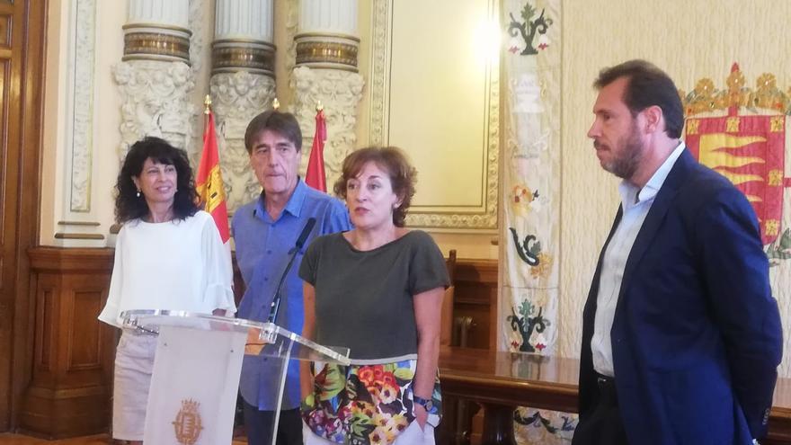 La concejala de Cultura, Ana Redondo y el alcalde, Óscar Puente, arropan a los coodirectores de Teloncillo