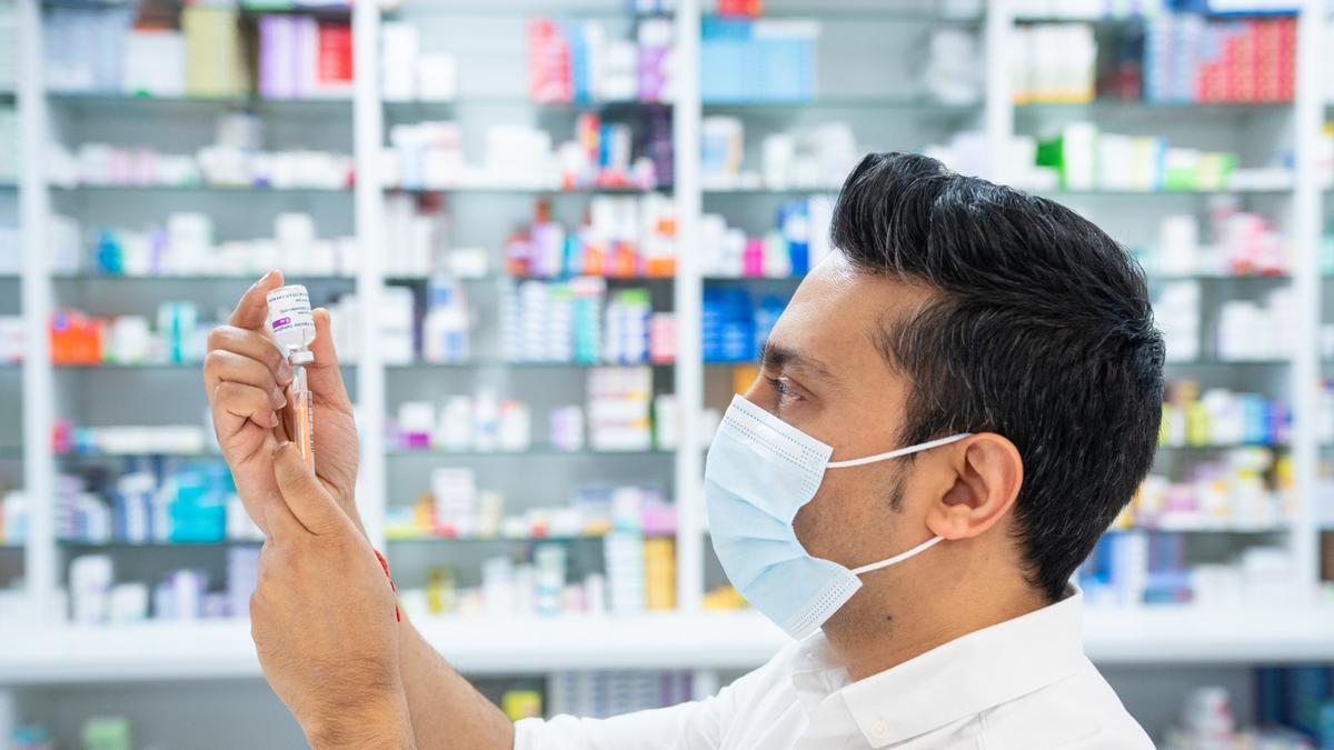 Un farmacéutico prepara una dosis de la vacuna de Oxford/AstraZeneca contra el COVID-19 en Londres. Foto: Dominic Lipinski/PA Wire/dpa