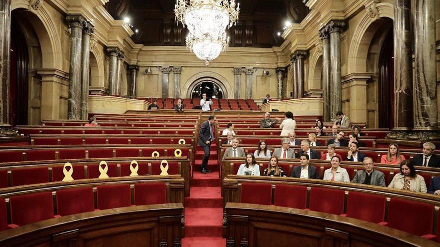 Los grupos de Ciudadanos y PSC, sentados en sus escaños a la espera del comienzo del pleno