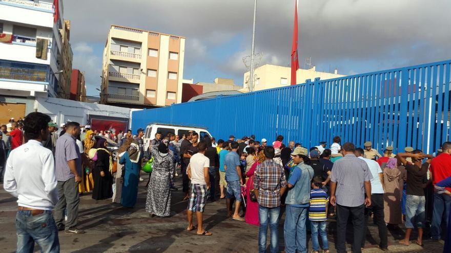 Foto realizada por un refugiado el pasado miércoles durante una manifestación de sirios en Beni Enzar que dio lugar al cierre de la frontera de Marruecos y España / Imagen cedida