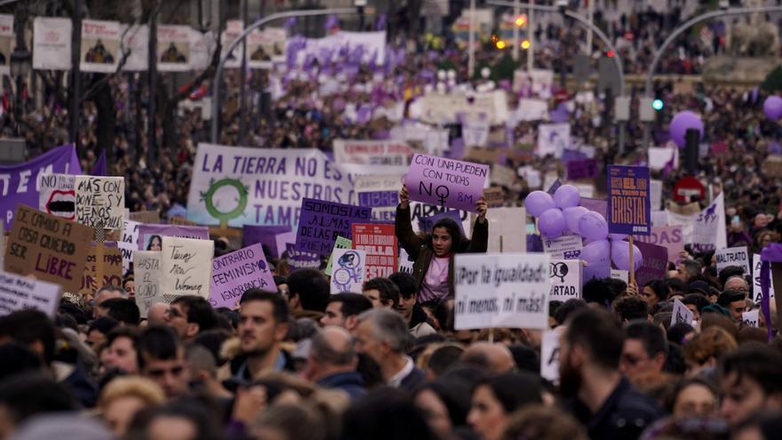 """Una niña sostiene una pancarta en la que se lee """"Con una pueden, con todas no"""" en la manifestación de Madrid de este 8M."""