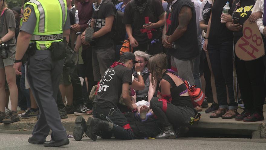 Una mujer es atendida por los paramédicos tras ser atropellada en las protestas en Virginia