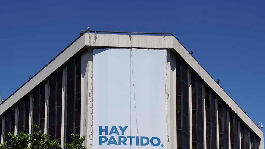 Nueva pancarta desplegada en la sede del PP de la calle Génova de Madrid.