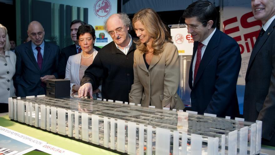 La entonces ministra Cristina Garmendia observa una maqueta del acelerador de neutrones.